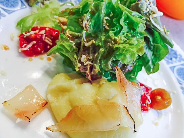 前菜のサラダ。マッシュポテトがほくほくです