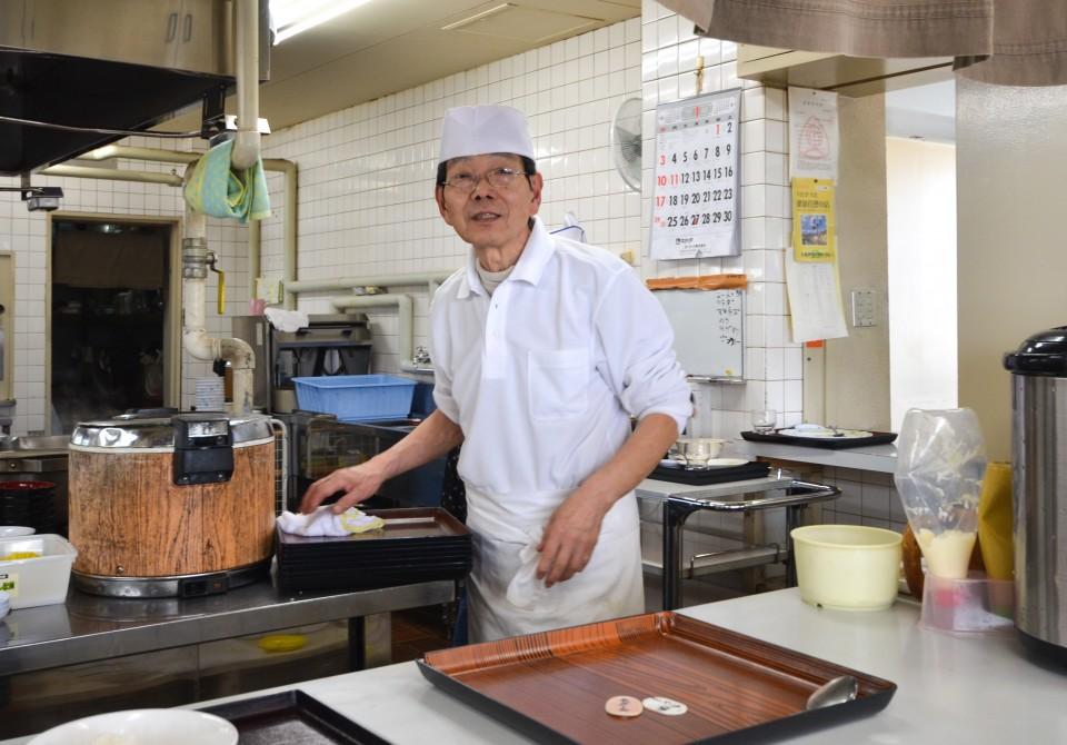 食堂をテキパキ切り盛りする平川さんは今年で43年目